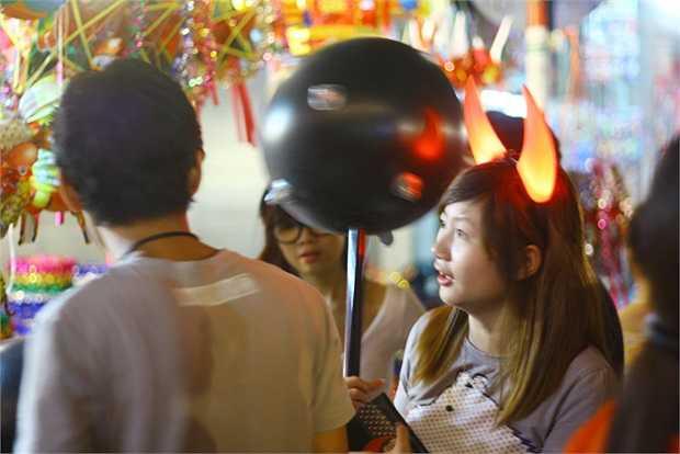 Cô gái rất ngầu bên cạnh bạn trai với sừng trên đầu và chuỳ trên tay