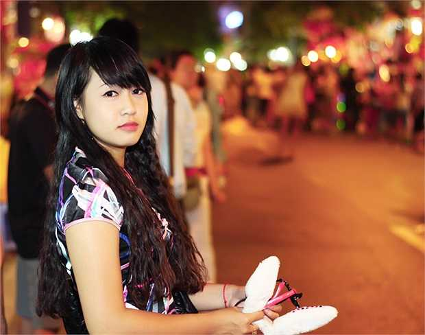 Cô gái nhỏ xinh tại phố Hàng Mã
