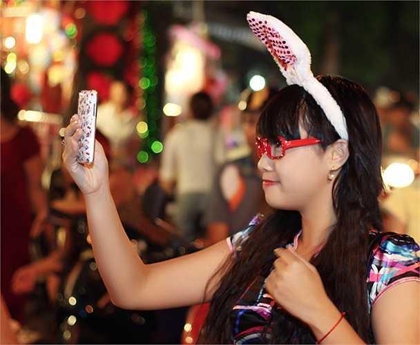Chụp ảnh làm duyên của giới trẻ tại Hàng Mã