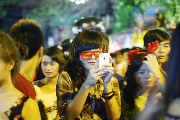 Cô bạn này đeo một chiếc kính rất thời trang trên khuôn mặt của mình