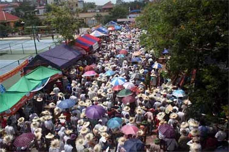 Cổ động viên ra về trong niềm vui được chứng kiến Lễ hội chọi trâu Đồ Sơn năm 2012.