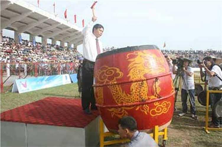 Ông Hoàng Đình Bình - Chủ tịch UBND quận Đồ Sơn, Trưởng ban Tổ chức đánh trống khai mạc trận chung kết Lễ hội chọi trâu Đồ Sơn năm 2012