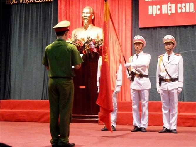 Một sinh viên đại diện của khóa trang trọng tuyên thệ trước lá cờ đỏ sao vàng