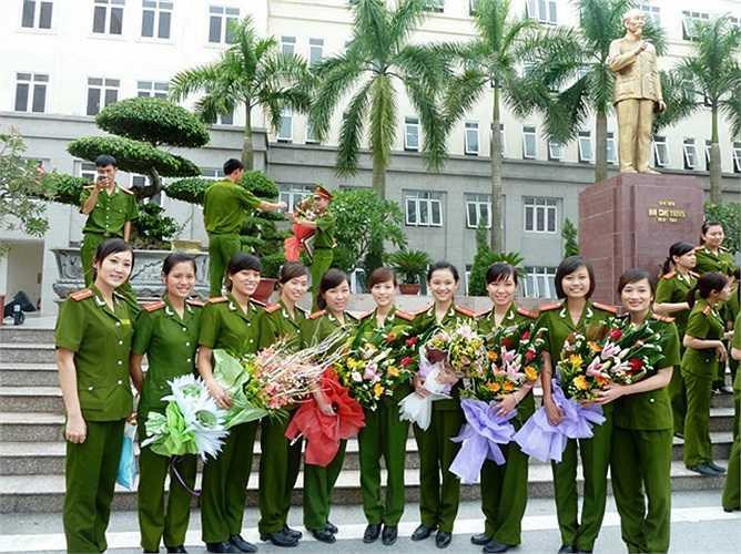 Những nữ chiến sĩ công an xinh đẹp và duyên dáng
