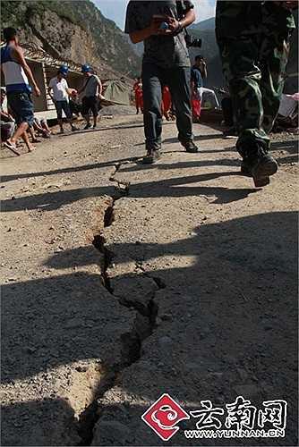 Hàng trăm nghìn người dân địa phương hoảng loạn sau động đất dữ dội