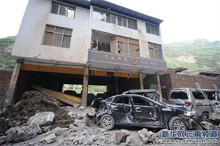Nhiều nhà cửa bị sập sau động đất mạnh 5.7 độ richter