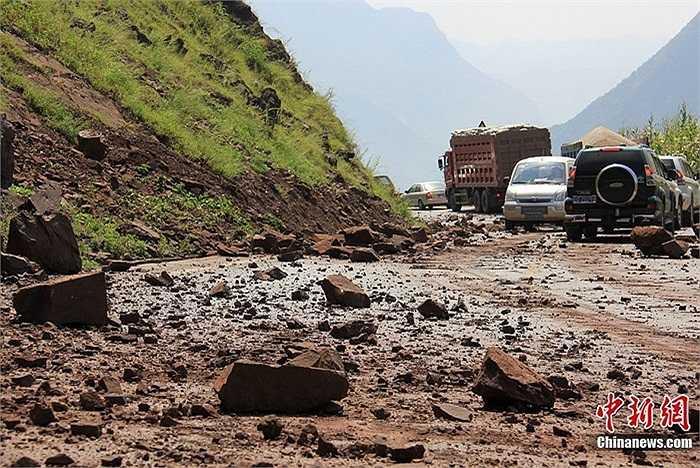 Hàng trăm người dân địa phương bỏ chạy trong động đất