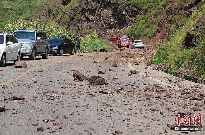 Động đất khiến 64 người chết, 715 người bị thương