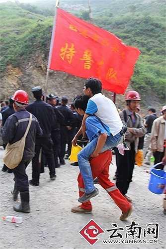 Người dân địa phương tán loạn bỏ chạy sau động đất