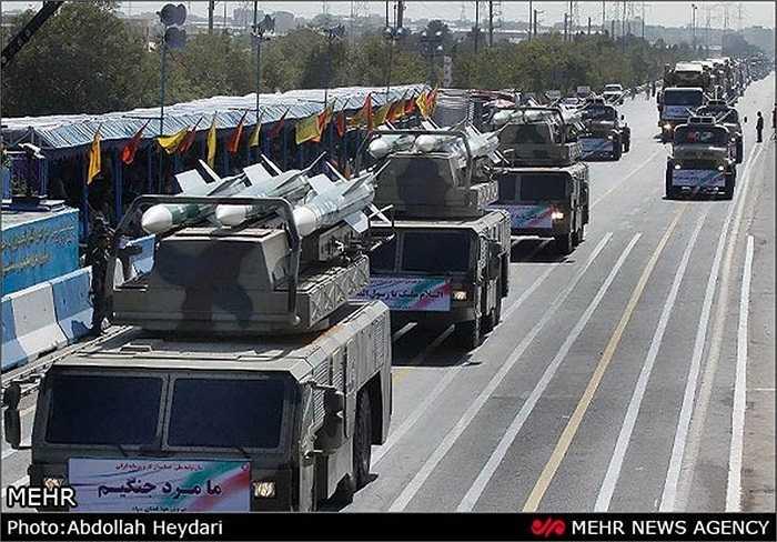 Cuộc diễu binh diễn ra trước lăng của cố lãnh đạo cách mạng Ayatollah Khomeini, bên ngoài thủ đô Tehran, Iran
