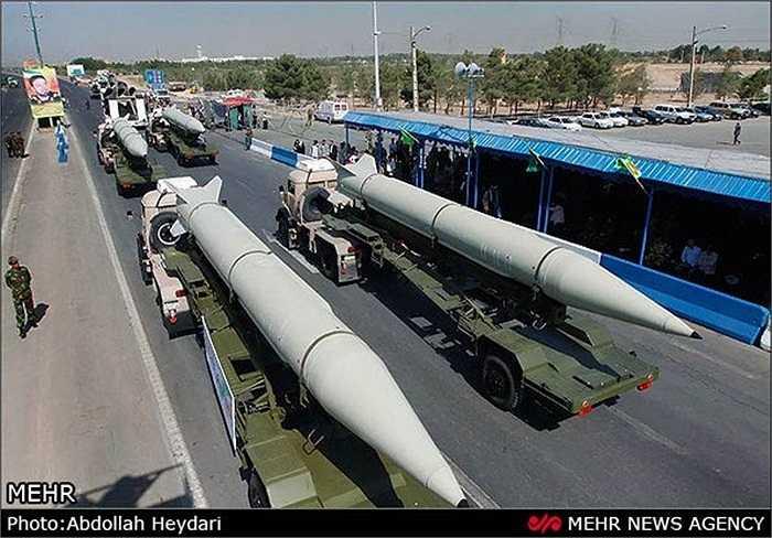 Hai tên lửa Ghadr - F I và Sajjil-2 đều có tầm bắn 2.000 km, có khả năng tấn công các căn cứ của Israel và Mỹ trong khu vực