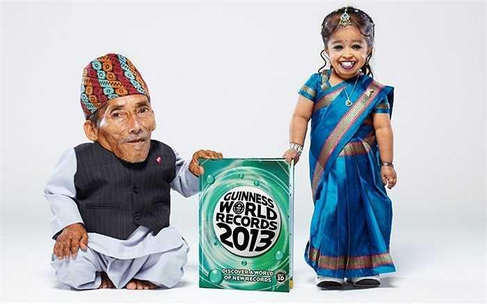 Cặp đôi thấp nhất thế giới lần đầu hội ngộ cùng ghi danh vào số kỷ lục Guinness 2013. Cô gái Jyoti Amge 18 tuổi với chiều cao 62,8 cm trong khi ông lão Chandra Bahadur Dangi 72 tuổi chỉ cao 54,6cm.