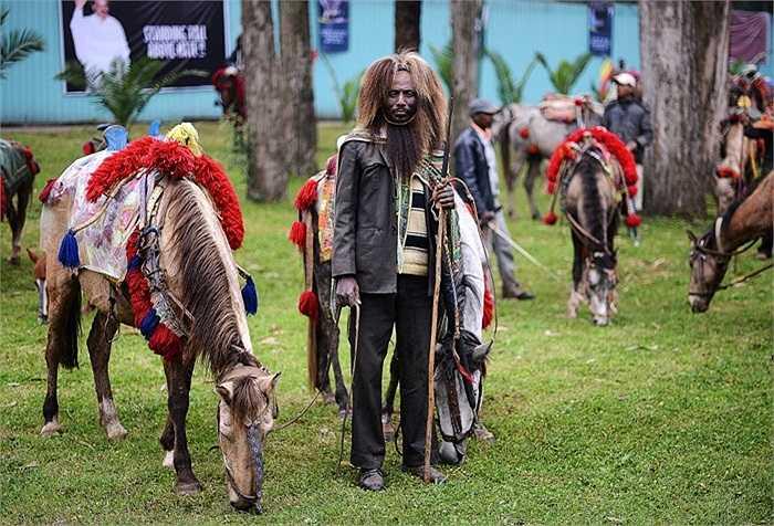 Người đàn ông Ethiopia trong trang phục truyền thống Oromo tham gia lễ tưởng niệm Thủ tướng Meles Zenawi ở Quảng trường Meskal.