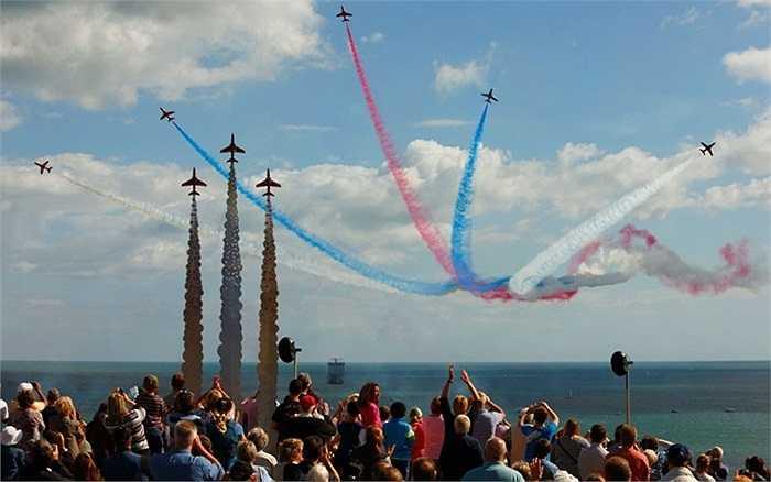 Đội bay 'Những mũi tên đỏ' trình diễn mở màn Lễ hội Hàng không Bournemouth ở hạt Dorset, miền tây nam nước Anh.