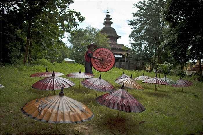 Khu phơi ô của một xưởng làm ô gia đình ở Burma.