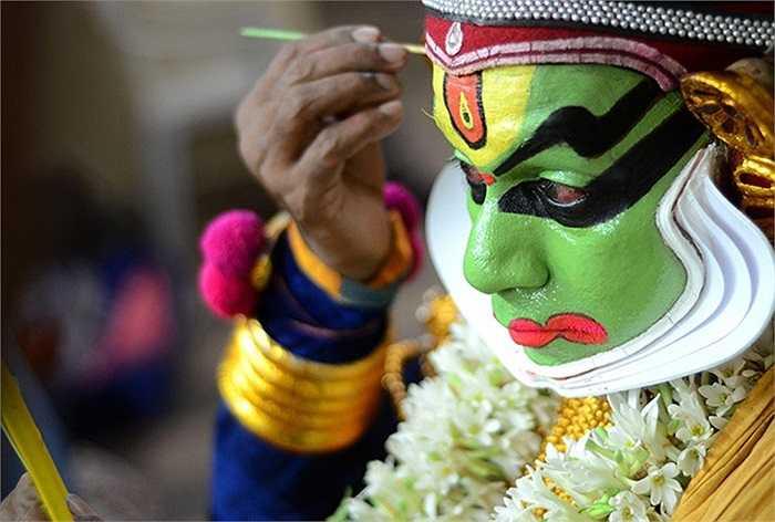 Vũ công người Ấn Độ hóa trang trước buổi diễn kịch ở Chennai.