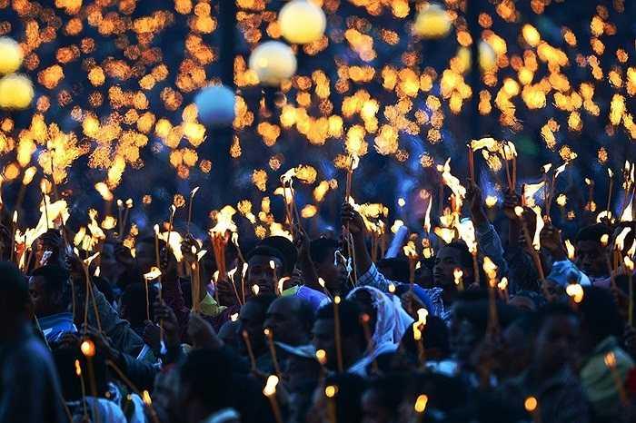 Người dân làng Addis Ababa (Ethiopia) cùng đốt nến tưởng niệm sự ra đi của Thủ tướng Meles Zenawi.
