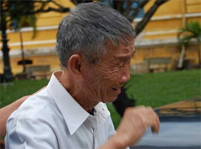 Cha của Hoàng Khương khóc tại sân tòa