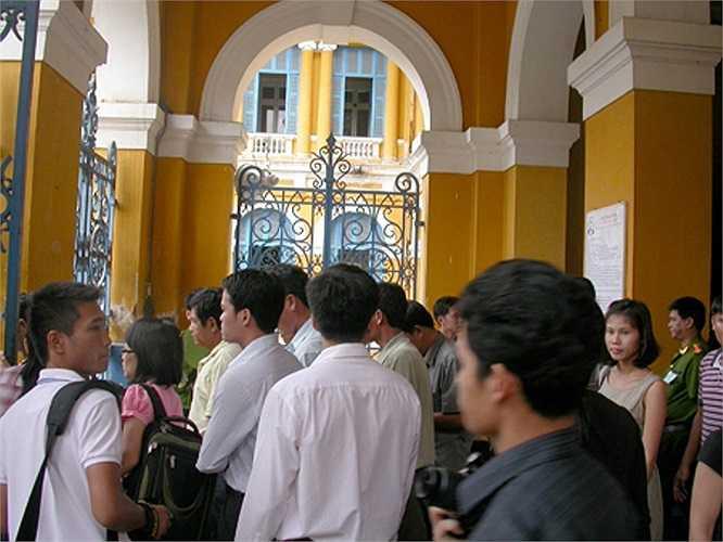 Hàng trăm người đến tham dự phiên tòa cùng đông đảo phóng viên báo, đài quan tâm vụ án.