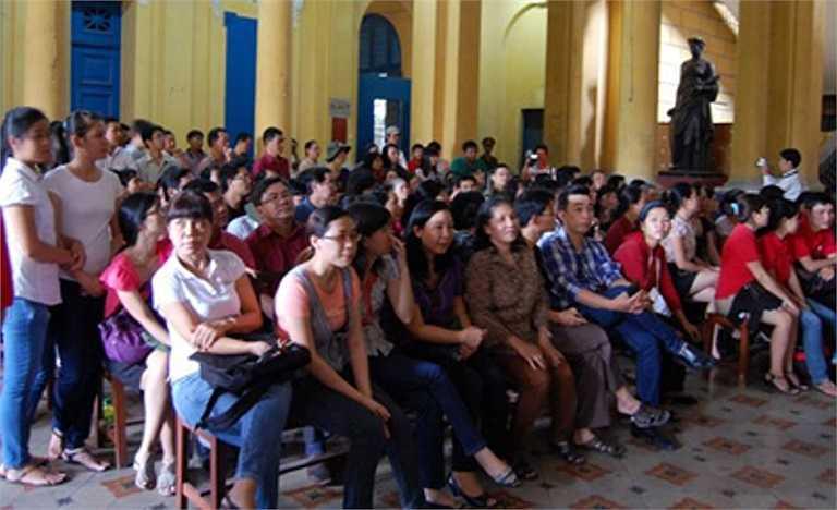 Đông đảo nhân viên, phóng viên Báo Tuổi Trẻ đến theo dõi phiên tòa chiều nay (7-9-2012)