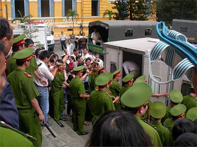 Các bị cáo trở về nhà tạm giam vào trưa 7.9 và chờ chiều cùng ngày tòa sẽ tuyên án.