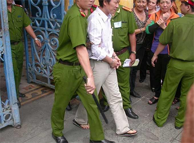 Sau khi nghe VKSND đề nghị mức án 6 - 7 năm tù, nói lời sau cùng, Hoàng Khương đã xin lỗi mọi người vì sơ suất trong tác nghiệp mà làm ảnh hưởng đến cơ quan, đồng nghiệp.