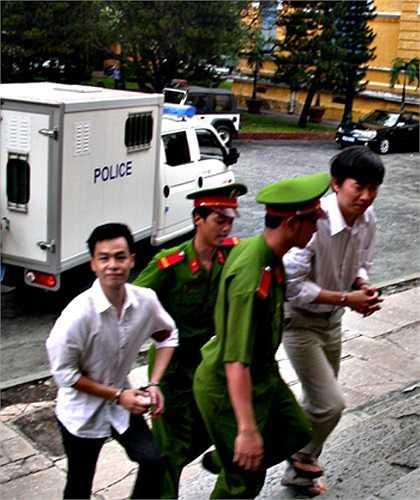 Bị cáo Hoàng Khương và Đông Anh (em vợ Khương) được dẫn giải đến phiên tòa.