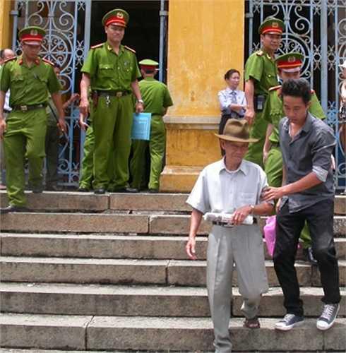 Ông cụ này mặc dù tuổi cao sức yếu, nhưng vẫn quan tâm tới vụ án, đến dự phiên xử.