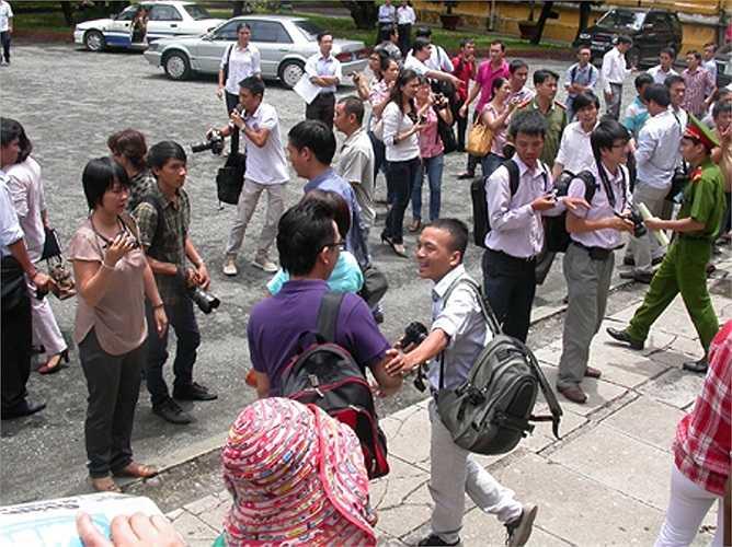 Cánh phóng viên báo, đài tập trung rất đông trước thềm tòa án, chờ dẫn giải các bị cáo.