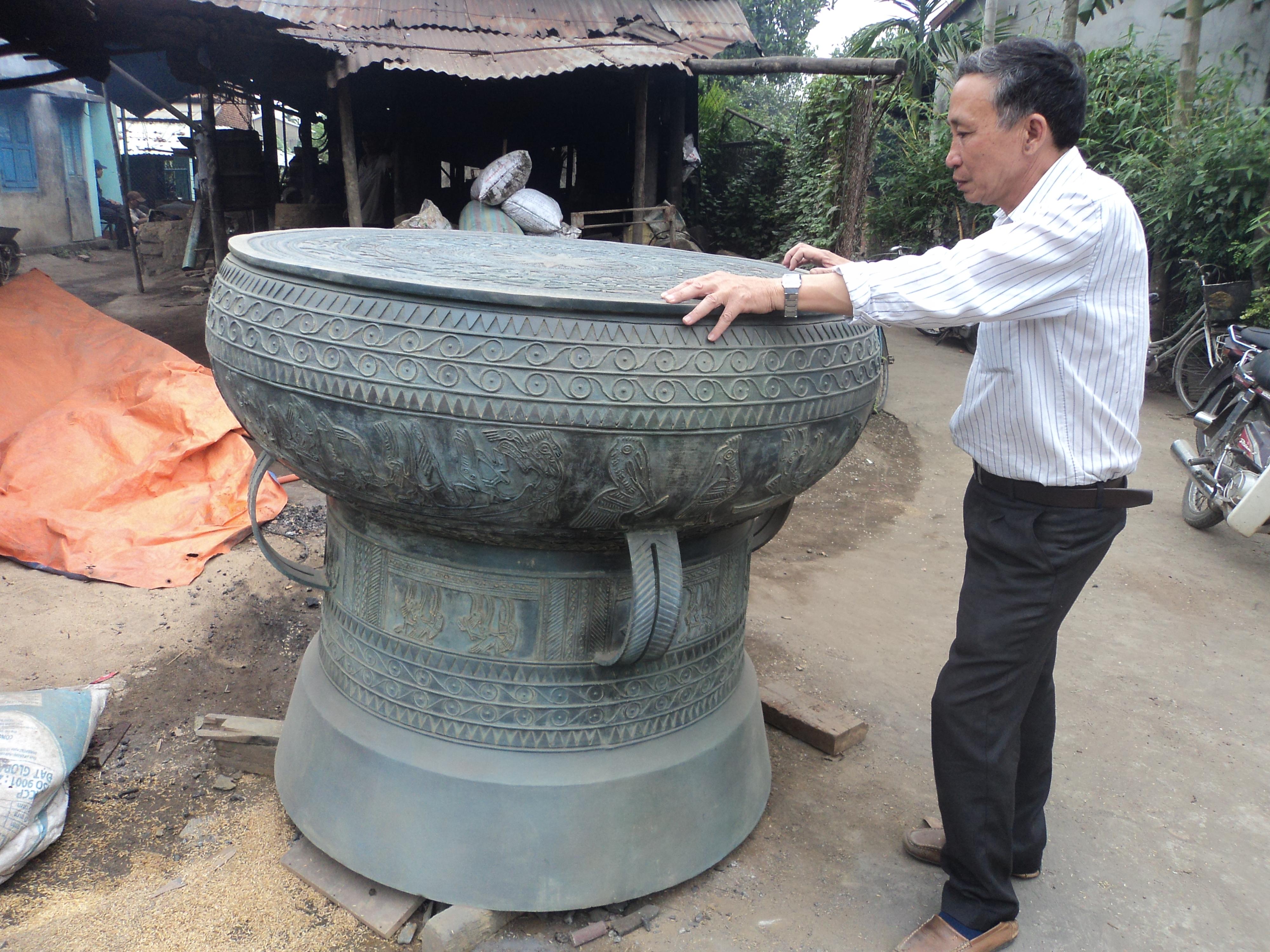 Một trong hai chiếc trống đồng khủng vừa được các nghệ nhân đúc đồng ở Quảng Nam chế tác thành công.