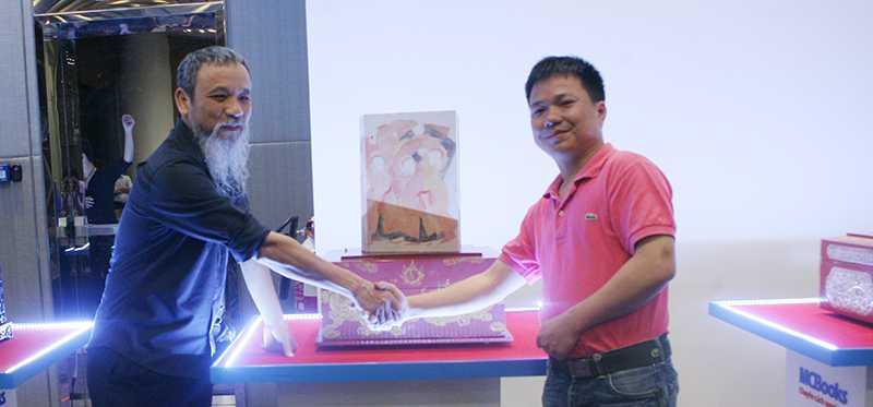 Họa sĩ Phan Cẩm Thượng (trái) và doanh nhân Nguyễn Minh Vinh - người thắng đấu giá tác phẩm Múa dân gian.