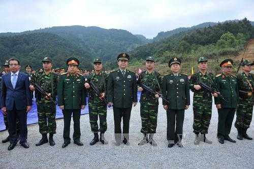 Bộ trưởng Quốc phòng Phùng Quang Thanh và Bộ trưởng Quốc phòng Trung Quốc Thường Vạn Toàn chụp ảnh chung với lực lượng biên phòng Việt Nam. Ảnh: Trọng Đức – TTXVN