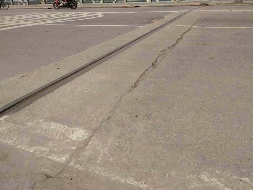 Đường nứt dài tại vị trí tiếp giáp đường và cầu.