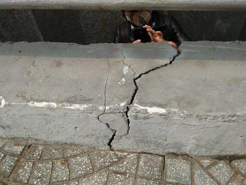 vết nứt kéo dài lên đến thành cầu.