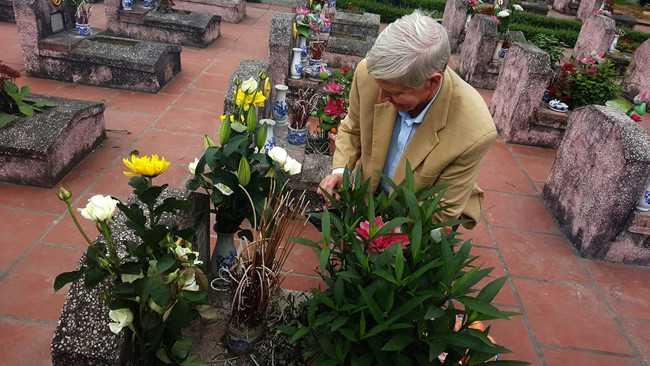 Carl W. Greifzu dùng điện thoại ghi lại từng chi tiết nhỏ trên ngôi mộ.