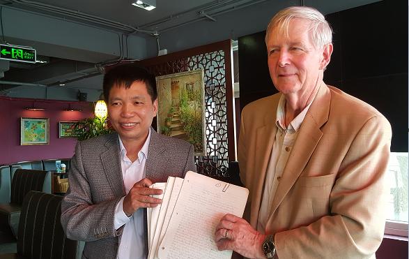 Ông Carl W. Greifzu trao tặng Nhà văn Đặng Vương Hưng bản dịch tiếng Anh đầu tiên của Nhật ký Đặng Thùy Trâm