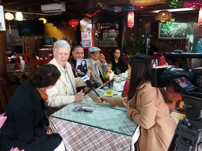 Ông Greifzu thứ hai trân trọng mang theo di ảnh vợ về quê hương Bắc Ninh.