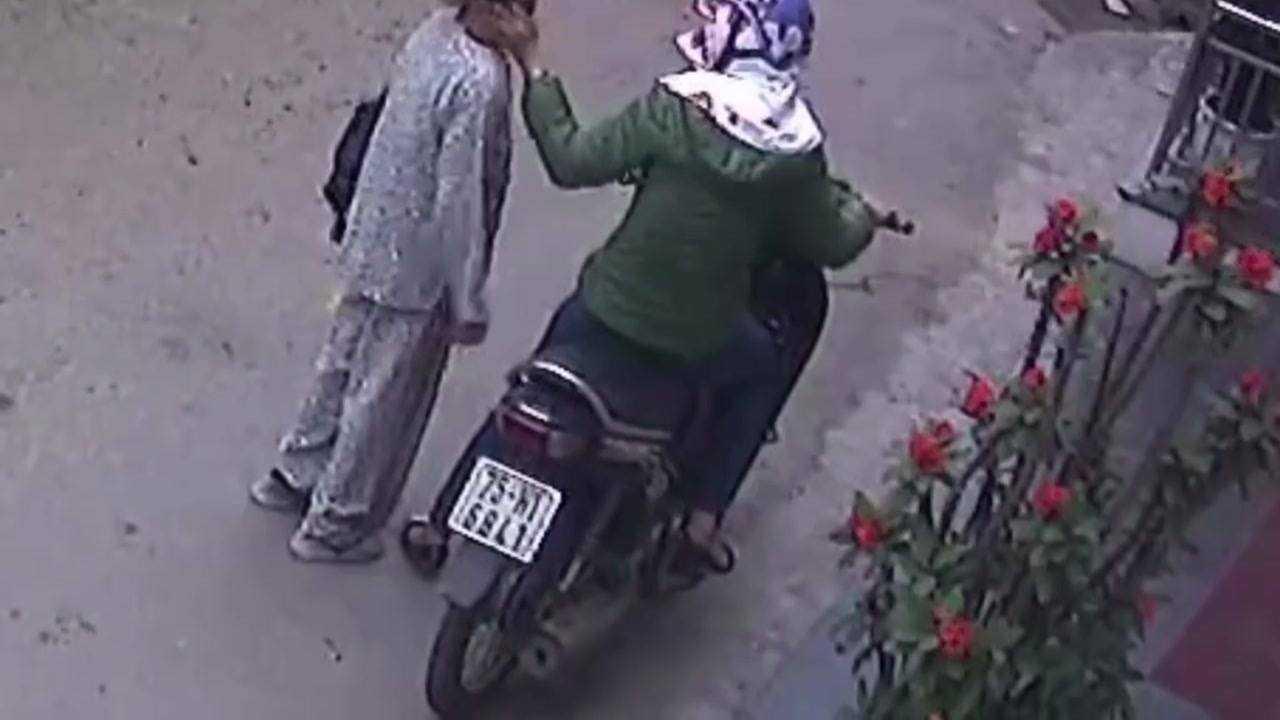 Người phụ nữ bịt bặt lấy tài sản của cụ Chiện được xác định là Lê Thị Thu Thanh.