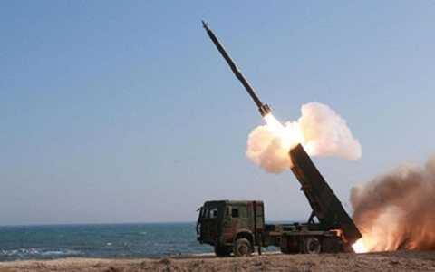 Tên lửa Triều Tiên rời bệ phóng. (Ảnh: AFP)