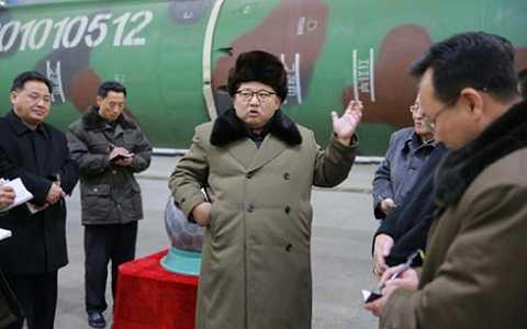 Nhà lãnh đạo Kim Jong-un trong một chuyến thăm cơ sở phát triển tên lửa của Triều Tiên. (Ảnh: AFP)