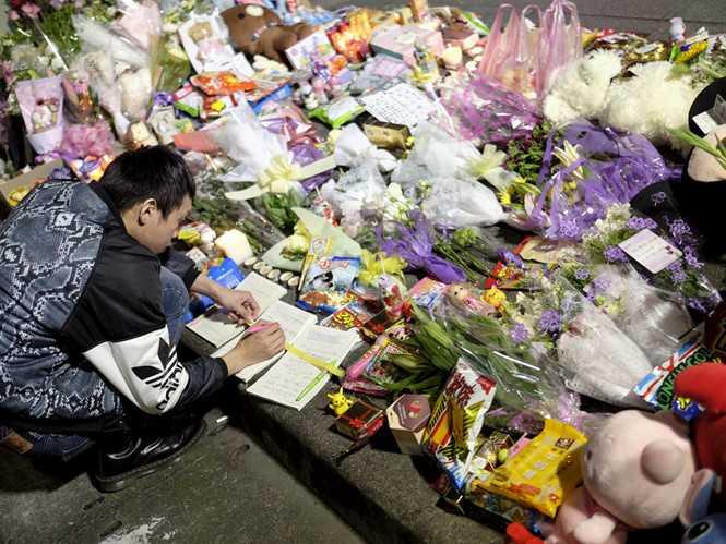 Đặt hoa tưởng niệm nạn nhân nhỏ tuổi ở Đài Loan