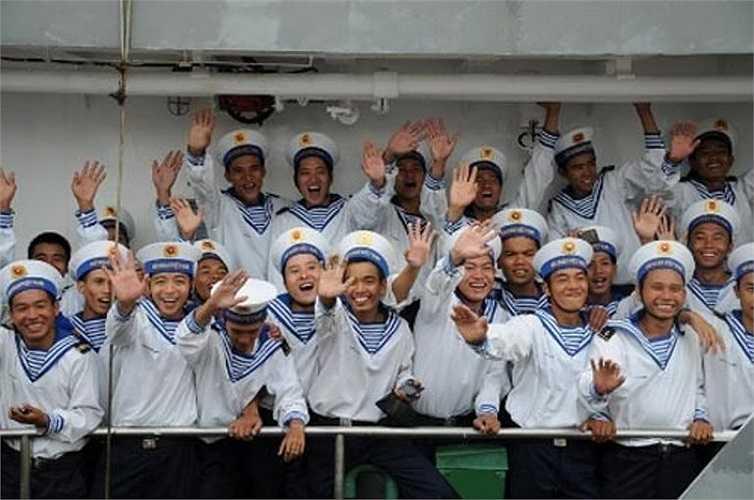 Tạm biệt đất liền, những tân binh hải quân tràn đầy.