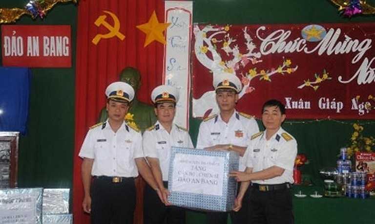 Lãnh đạo Bộ tư lệnh Vùng 4 Hải quân trao tặng quà cho Đảo An Bang.