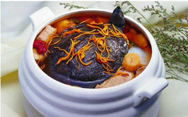 Trong ẩm thực Việt Nam, các món ăn chế biến từ rùa rất phong phú. Dễ gặp nhất là các món rùa hầm, rùa hấp, cháo rùa, rùa om, canh rùa và cả xúp rùa…