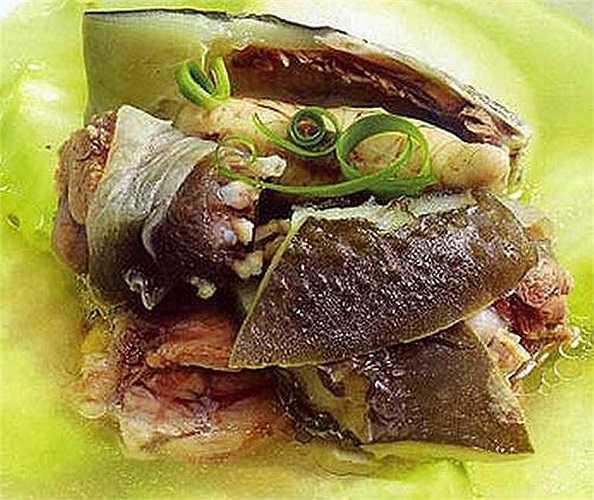 Tuy vậy, vì rùa có tính đại hàn nên người có chân tay lạnh hay đi ngoài lỏng thì không nên dùng, không phối hợp với những thức ăn lạnh khác (rau cải, lá dâu, sò, nghêu…)