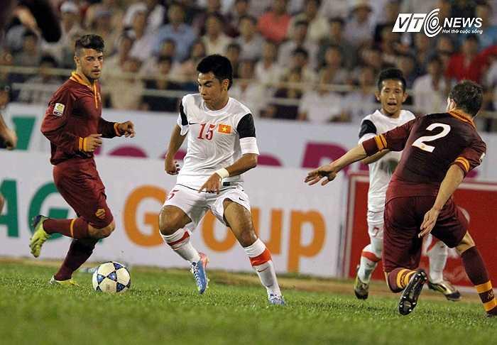 Nhập cuộc đầy tự tin, U19 Việt Nam khiến đối thủ choáng váng bởi lối chơi phối hợp ngắn, nhanh, mạnh.