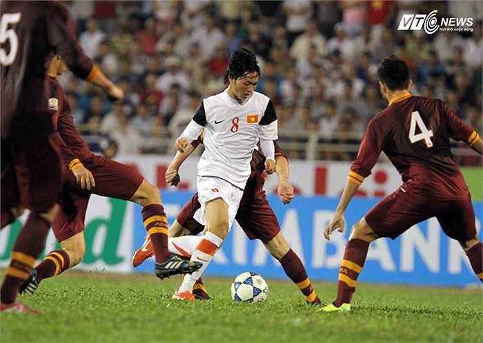 Tiền vệ Tuấn Anh tự tin đi bóng giữa những cầu thủ cao to của U19 AS Roma.