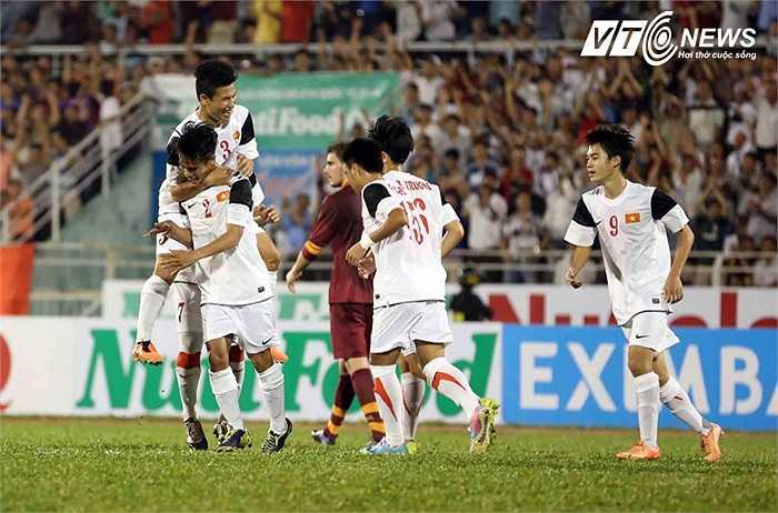 Và từ tình huống bị phạm lỗi trên, Văn Sơn đã có bàn thắng gỡ hòa 1-1 cho U19 Việt Nam từ chấm 11m.