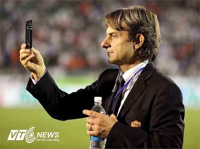 Trong khi đó, HLV của U19 AS Roma, De Rossi thì bất ngờ với cả U19 Việt Nam và người hâm mộ.