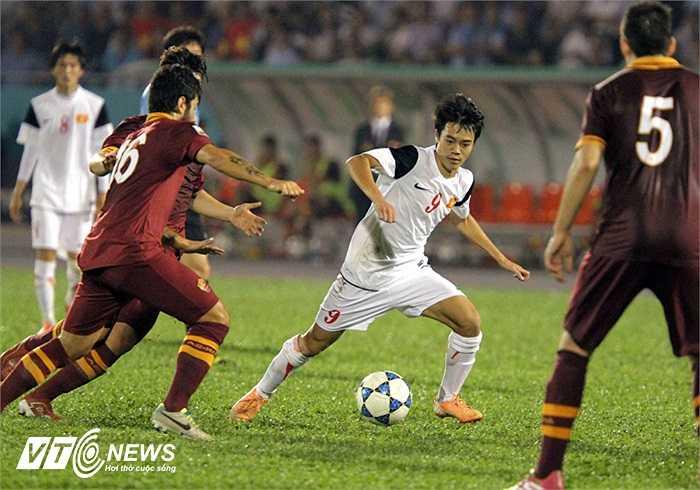 Trong khi đó tiền đạo Văn Toàn cũng không ít lần khiến hàng thủ đội bóng nước Ý phải vất vả theo kèm.
